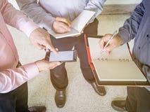 Умные бизнесмены обсуждая проект Стоковое Фото