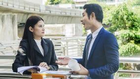 Умные бизнесмены человека и женщины говорят совместно в чувстве Стоковое фото RF