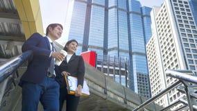 Умные бизнесмены человека и женщины стоят совместно в гонораре Стоковое Изображение