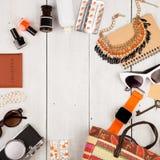 умные вахта, камера, пасспорт, сумка соломы, блокнот, солнечные очки, ключ, пилюльки, состав косметик и предметы первой необходим Стоковая Фотография RF