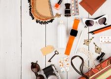умные вахта, пасспорт, сумка соломы, блокнот, солнечные очки, ключ, пилюльки, состав косметик и предметы первой необходимости на  Стоковая Фотография RF