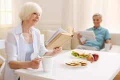Умные воодушевляя пожилые пары наслаждаясь тихим утром совместно Стоковая Фотография RF