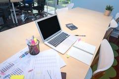 Умные компьютер и документ положили дальше деревянный стол в рабочую зону Co Стоковые Изображения