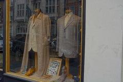 Умные костюмы в окне бутика одежды моды стоковая фотография