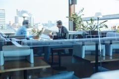 Умные красивые бизнесмены имея встречу Стоковые Фото