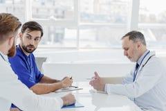 Умные доктора имея переговор на больнице Стоковые Изображения