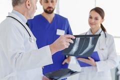 Умные доктора обсуждая фото рентгеновского снимка Стоковая Фотография