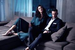 Умные пары в роскошной квартире ` s гостиницы Стоковые Фотографии RF