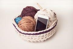 Умные телефон и шарики пряжи футболки Стоковые Изображения RF