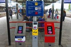 Умные читатели тележки на голландском железнодорожном вокзале Zutphen Стоковое фото RF