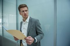 Умный бизнесмен держит важные документы стоковые фотографии rf