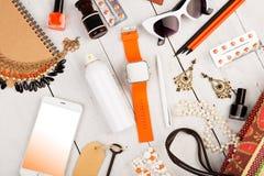 умный вахта, умный телефон, сумка соломы, блокнот, солнечные очки, ключ, пилюльки, состав косметик и предметы первой необходимост Стоковое фото RF