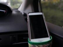 Умный вид телефона на держателе чашки внутри фокуса фронта автомобиля селективного стоковые изображения rf