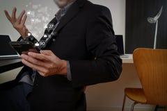 умный врач работая с умным телефоном и цифровой таблеткой Стоковые Изображения