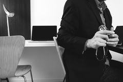 умный врач работая с умным телефоном и цифровой таблеткой Стоковая Фотография