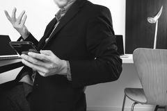 умный врач работая с умным телефоном и цифровой таблеткой Стоковое Изображение RF