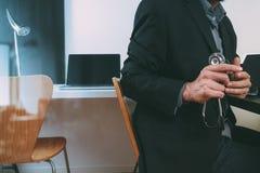 умный врач работая с умным телефоном и цифровой таблеткой Стоковые Изображения RF