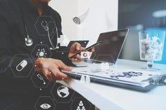 умный врач работая с умным телефоном и цифровой таблеткой Стоковое Изображение