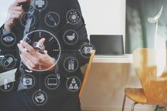 умный врач работая с умным телефоном и цифровой таблеткой Стоковые Фото