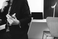 умный врач работая с умным телефоном и цифровой таблеткой Стоковая Фотография RF