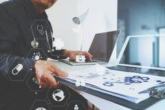 умный врач работая с умным телефоном и цифровой таблеткой Стоковое фото RF