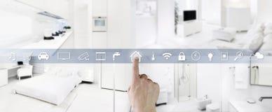 Умный домашний экран значков касания руки концепции контроля с интерьерами, живущей комнатой, кухней, спальней и bathroom на запа стоковое фото rf