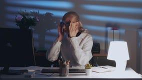 Умный женский инженер работая на компьютере и наслаждаясь успехом в работе акции видеоматериалы