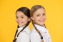 Умный и умный мода ребенк официальная Образование за рубежом умные смотря дети подруги по школе счастливые дети внутри стоковые фотографии rf