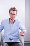 Умный молодой профессионал в переговорах с компьютером на его l стоковое изображение