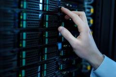 Умный оператор отжимая правые кнопки стоковое изображение