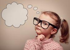 Умный ребенк в стеклах думая с пузырем речи выше Винтаж Стоковое фото RF
