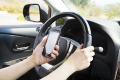 Телефон в руке пока управляющ автомобилем Стоковое Изображение RF
