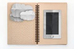 Умный телефон и облако идя дождь на пустом sketchbook jpg Стоковые Фотографии RF
