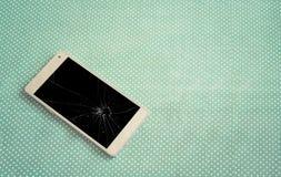 умный телефон на зеленой текстуре стоковая фотография