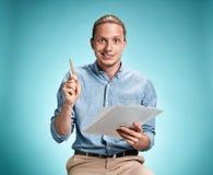 Умный усмехаясь студент при отличная идея держа тетрадь Стоковое фото RF
