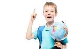Умный школьник с глобусом пришел вверх с идеей Стоковое Изображение RF