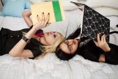 2 школьницы в кровати Стоковая Фотография RF