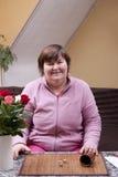 Ходы неработающей женщины dices и имеют потеху Стоковое Фото