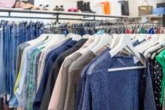 универсалия магазина покупкы moscow камеди нутряная главным образом Продажи одежды указывают женщины Обмундирования в магазине од стоковое изображение