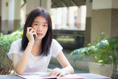 Университета студента фарфора Азии девушка тайского красивая вызывая умный телефон Стоковое фото RF