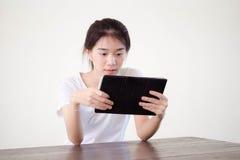 Университета студента фарфора Азии девушка тайского красивая используя ее таблетку Стоковые Фото