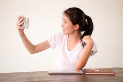 Университета студента фарфора Азии девушка тайского красивая используя ее умный телефон Selfie Стоковое Изображение RF