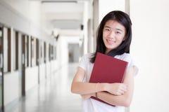 Университета студента фарфора Азии девушка тайского красивая прочитала книгу Стоковое Фото
