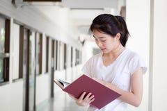 Университета студента фарфора Азии девушка тайского красивая прочитала книгу Стоковое Изображение
