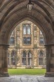 Университет Глазго через свод Стоковая Фотография