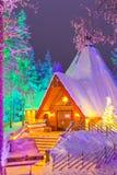 Уникально дома Лапландии Suomi над приполюсным кругом в Финляндии на времени рождества стоковые фото