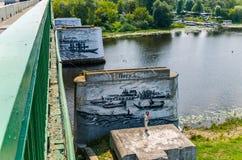 Уникально чертежи на камнях стоя в воде под мостом Стоковая Фотография RF