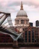 Уникальный взгляд нижней стороны тысячелетия Birdge в Лондоне, Великобритании с собором St Paul на заднем плане и overcast стоковые изображения