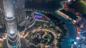 Уникальный взгляд timelapse шоу фонтана танцев Дубай вечером акции видеоматериалы