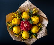 Уникальный праздничный букет гранатового дерева, лимона и memoses на черной предпосылке Букет плодоовощ Фрукты и овощи  стоковое изображение rf